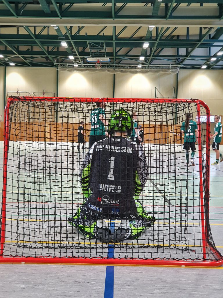 Goalie Lukas Nietfeld kniet im Tor