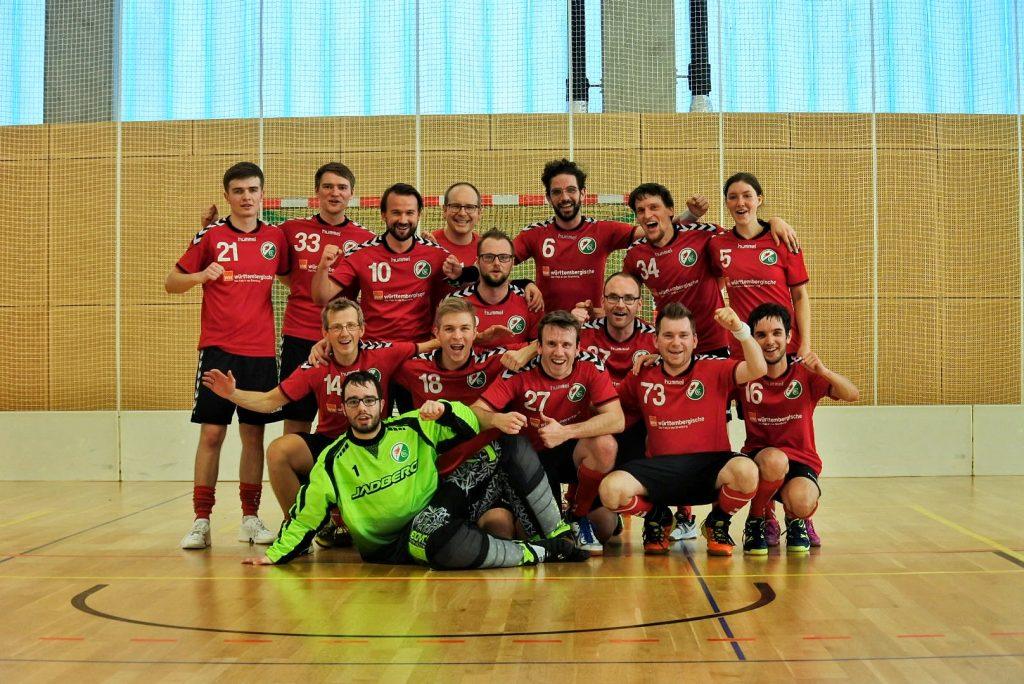 Mannschaftsfoto und Siegerfoto des Floorballteams Phönix Leipzig
