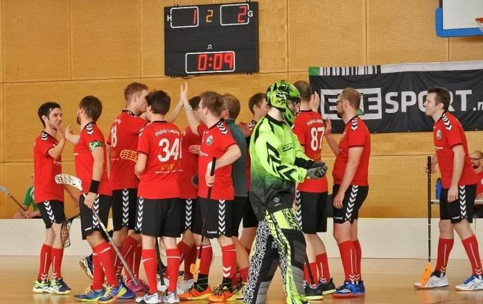 Abklatschen im Spiel Floorball Phönix Leipzig gegen die Bears Bautzen